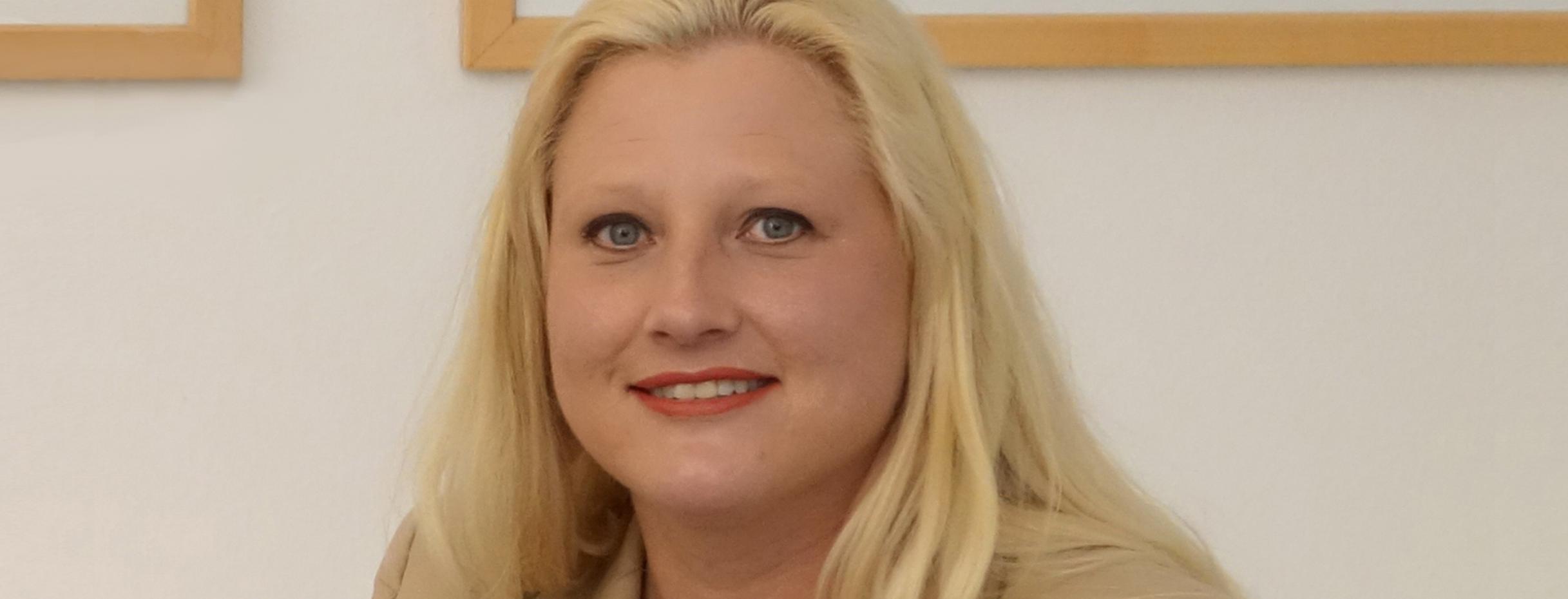 Stephanie Aeffner begleitet Reisegruppe zu 25 Jahre Grundgesetz