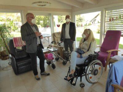 Stephanie Aeffner sitzt im Aufenthaltsraum der Demenz-Wohngemeinschaft